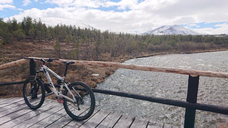 Fjellbekken-03-Sykkel på brua-foto Mali Trøite Bekken